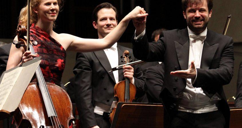 Geschafft: Harriet Krijgh und Dirigent Lukasz Borowicz genießen den Applaus. - © Matthias Gans